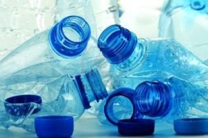 10788262-composizione-con-bottiglie-di-plastica-di-acqua-minerale-rifiuti-di-plastica