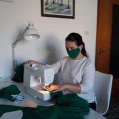Carenza di mascherine anti Covid-19: A lavoro anche le sarte del progetto Abitiamo il riciclo di Acli